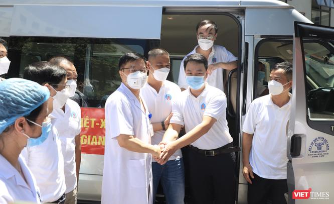 30 bác sĩ, điều dưỡng của Bệnh viện Hữu Nghị vào Tiền Giang để điều trị cho bệnh nhân COVID-19 nặng ảnh 1