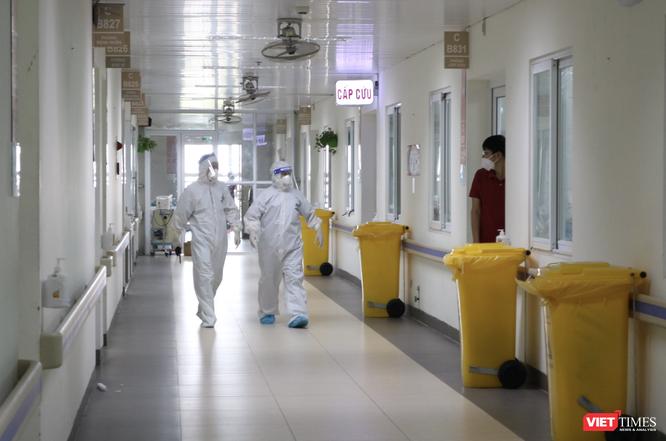 Vì sao tiêm 2 mũi vaccine, bệnh nhân và người nhà ở BV Việt Đức đến BV khác phải cách ly 21 ngày? ảnh 4