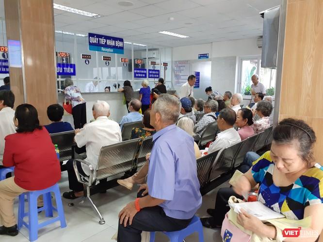 Thời tiết nắng gắt, số lượt bênh nhân chủ yếu là người già đến khám ngoại trú tăng liên tục tại Bệnh viện Thống Nhất