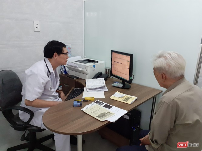 Bác sĩ Hoàng Mạnh tiến hành khám bênh