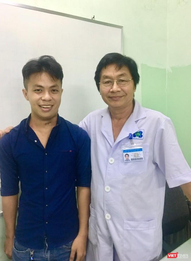 TS. Bùi Xuân Trường cùng bệnh nhân A. (19 tuổi)đã phục hồi sau khi điều trị ung thư lưỡi tại Bệnh viện Ung Bướu (TP.HCM) vào năm 2018