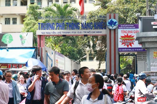 Rất đông phụ huynh và thí sinh đến điểm thi cơ sở 1 trường Phổ thông Năng khiếu