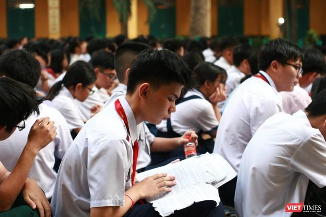 Các em học sinh tranh thủ ôn bài trước giờ thi