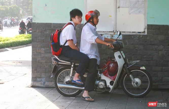 Thí sinh đến muộn tại điểm thi trường THCS Trương Công Định (Quận Bình Thạnh)