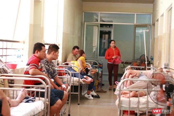 Số lượng bệnh nhân sốt xuất huyết tăng đột biến, bệnh viện bố trí thêm giường nằm dọc lối ra vào hành lang