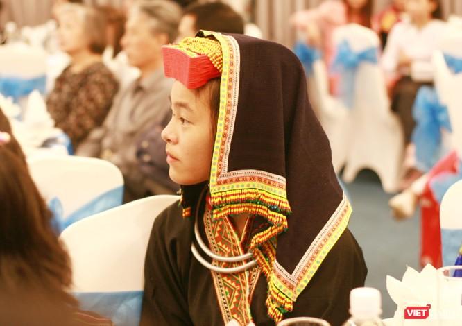 Nữ sinh dân tộc thiểu số tham dự chương trình