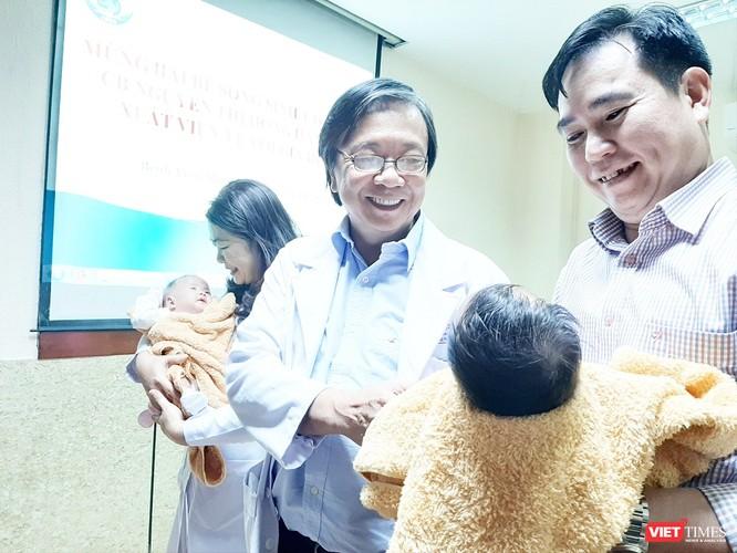 Hai bé song sinh dính liền gan tại Bệnh viện Nhi đồng 1 được xuất viện ảnh 3