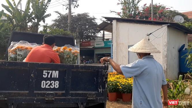 Vợ đột quỵ qua đời, chồng nuốt nước mắt bán hết số hoa cuối cùng và tình người Sài Gòn ảnh 6
