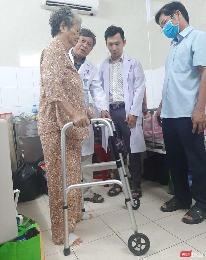 Cụ bà 75 tuổi đi đứng thoải mái nhờ thay khớp háng bằng kỹ thuật SuperPath ảnh 1