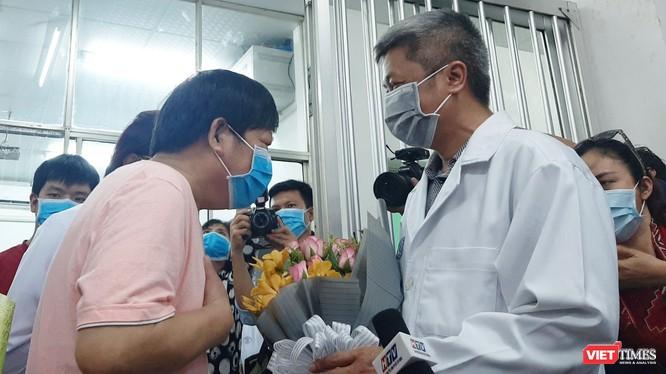 Bác sĩ Trưởng khoa Bệnh Nhiệt đới BV Chợ Rẫy hướng dẫn cách súc họng đúng, phòng chống và ngăn phát tán COVID-19 ảnh 1