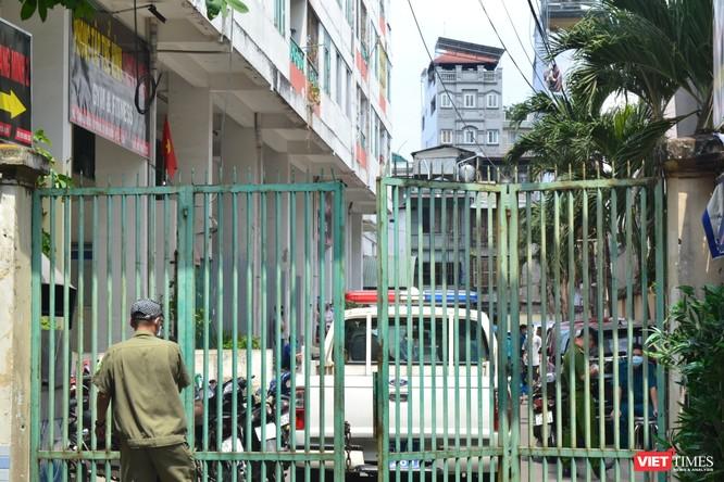 Cận cảnh chung cư Hòa Bình phong tỏa nghiêm ngặt, nơi bệnh nhân số 48 sinh sống ảnh 9