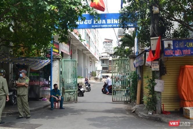Cận cảnh chung cư Hòa Bình phong tỏa nghiêm ngặt, nơi bệnh nhân số 48 sinh sống ảnh 2