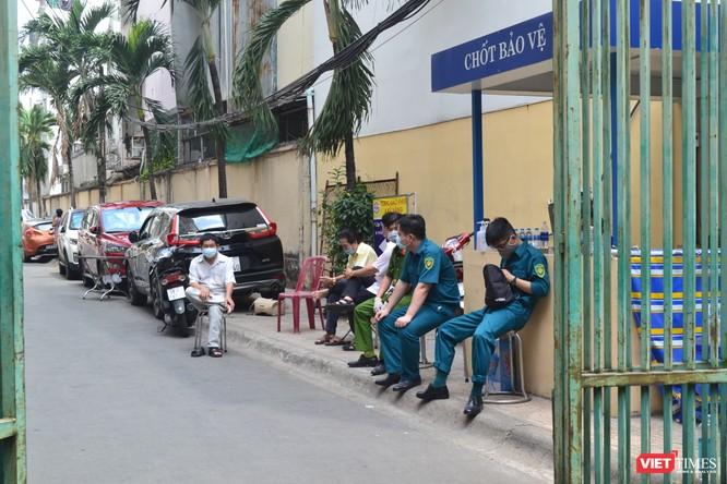 Cận cảnh chung cư Hòa Bình phong tỏa nghiêm ngặt, nơi bệnh nhân số 48 sinh sống ảnh 4