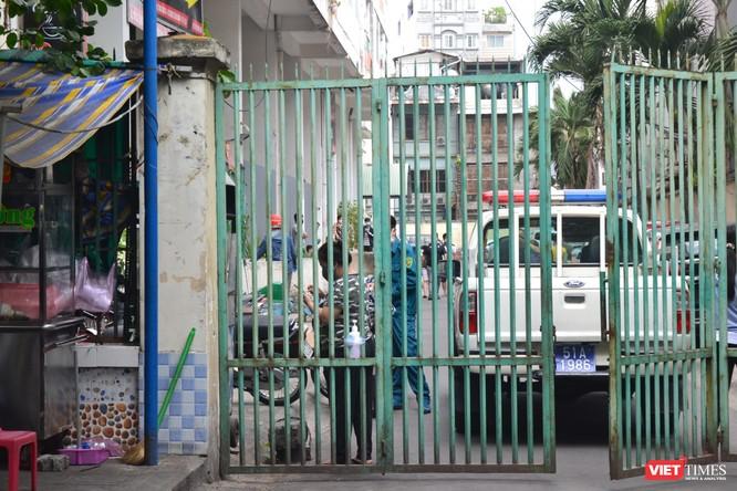 Cận cảnh chung cư Hòa Bình phong tỏa nghiêm ngặt, nơi bệnh nhân số 48 sinh sống ảnh 8