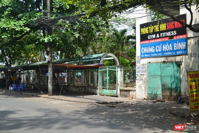 Cận cảnh chung cư Hòa Bình phong tỏa nghiêm ngặt, nơi bệnh nhân số 48 sinh sống ảnh 11