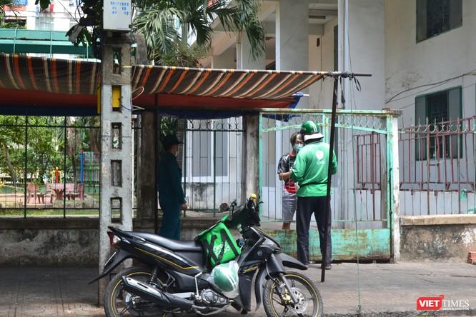 Cận cảnh chung cư Hòa Bình phong tỏa nghiêm ngặt, nơi bệnh nhân số 48 sinh sống ảnh 6