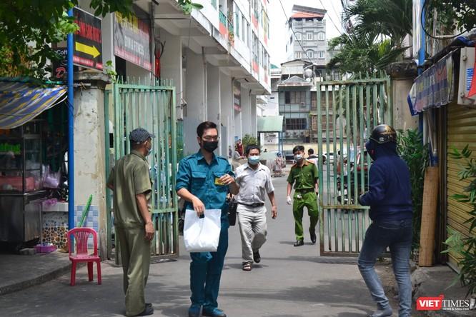 Cận cảnh chung cư Hòa Bình phong tỏa nghiêm ngặt, nơi bệnh nhân số 48 sinh sống ảnh 5