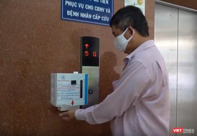 BV Thống Nhất TP.HCM sản xuất máy rửa tay độc đáo phòng dịch COVID-19 ảnh 1