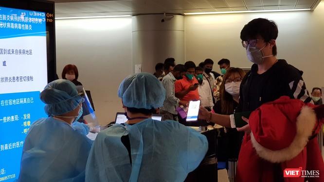 Sân bay Tân Sơn Nhất không ùn ứ trong ngày đầu lấy mẫu xét nghiệm COVID-19 ảnh 1