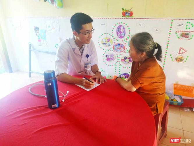 Các thầy thuốc trẻ tổ chức khám bệnh miễn phí, tri ân người có công với cách mạng ảnh 2