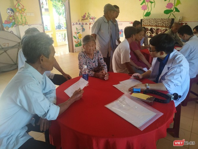 Các thầy thuốc trẻ tổ chức khám bệnh miễn phí, tri ân người có công với cách mạng ảnh 3