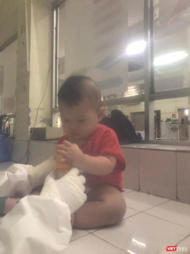 Mẹ bỉm xông pha chống dịch, xa con trai mới 10 tháng tuổi đêm còn rúc tìm bầu vú ảnh 3