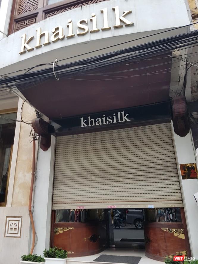 Theo ghi nhận của PV VietTimes, 15 h ngày 26/10, cửa hàng Khải Silk tại địa chỉ 113 Hàng Gai, HN vẫn mở hé cửa, bên trong có người nhưng không tiếp khách cũng như phóng viên