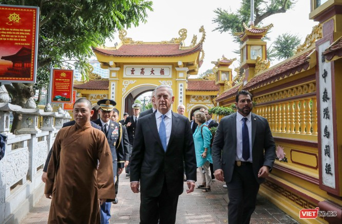 Bộ trưởng Quốc phòng Mỹ thăm chùa Trấn Quốc, dạo Hồ Tây ảnh 9