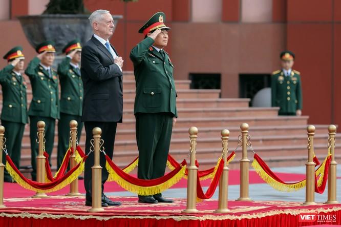Bộ trưởng Quốc phòng Mỹ thăm chùa Trấn Quốc, dạo Hồ Tây ảnh 2