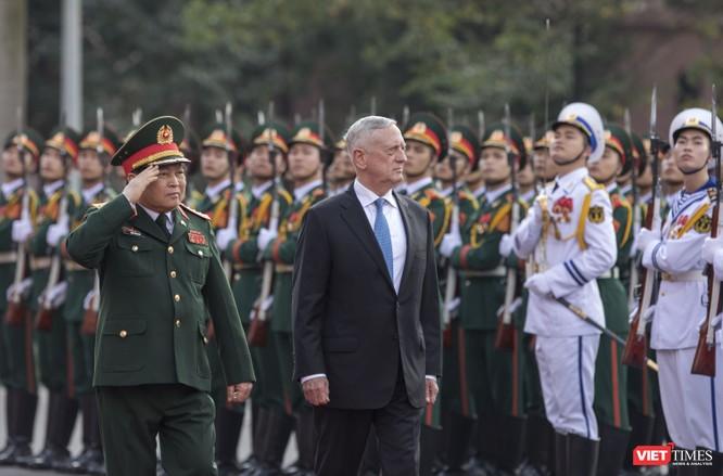 Bộ trưởng Quốc phòng Mỹ thăm chùa Trấn Quốc, dạo Hồ Tây ảnh 3
