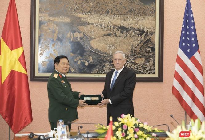 Bộ trưởng Quốc phòng Mỹ thăm chùa Trấn Quốc, dạo Hồ Tây ảnh 8