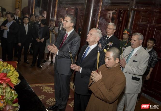 Bộ trưởng Quốc phòng Mỹ thăm chùa Trấn Quốc, dạo Hồ Tây ảnh 10