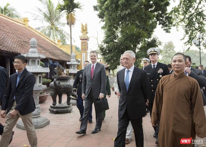 Bộ trưởng Quốc phòng Mỹ thăm chùa Trấn Quốc, dạo Hồ Tây ảnh 12