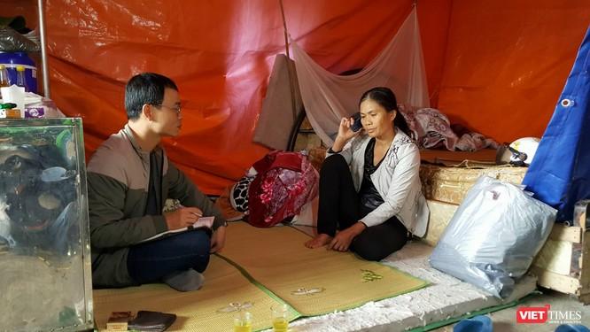 Bà Chanh trong túp lều của mình.