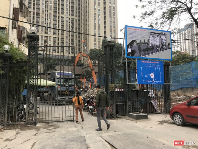 Cư dân không được đi xe máy, ô tô qua cổng 177 Trung Kính do đang thi công công trình Trường Tiểu học