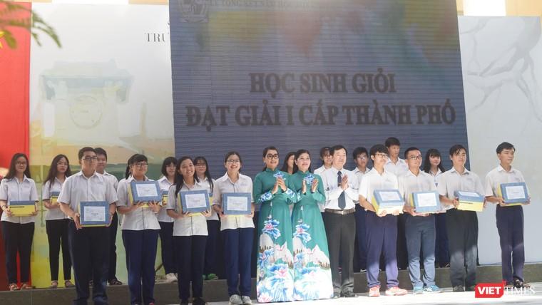 Cô hiệu trưởng Nguyễn Yến Trinh (trường Chuyên Lê Hồng Phong) trao bằng khen cho các em học sinh giỏi cấp thành phố năm 2019