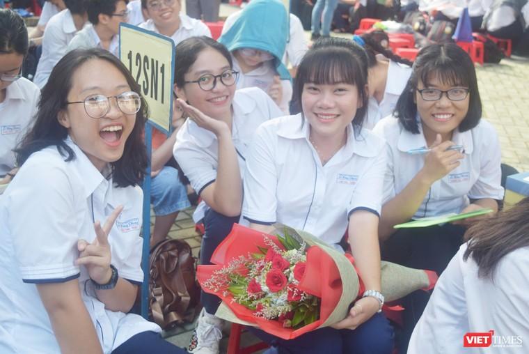 Những vòng tay bạn bè và nụ cười tỏa nắng trên sân trường của học sinh trường chuyên Lê Hồng Phong trong lễ trưởng thành 2019