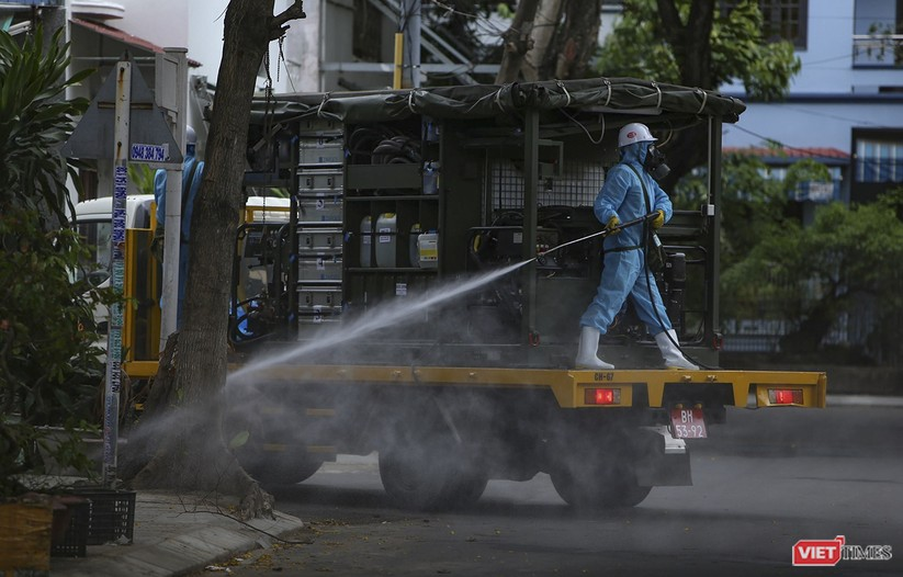 Ảnh: Quân đội phun thuốc khử khuẩn COVID-19 trên các tuyến đường Đà Nẵng ảnh 20