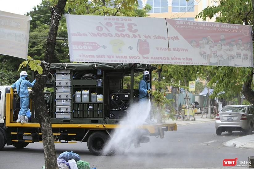Ảnh: Quân đội phun thuốc khử khuẩn COVID-19 trên các tuyến đường Đà Nẵng ảnh 16