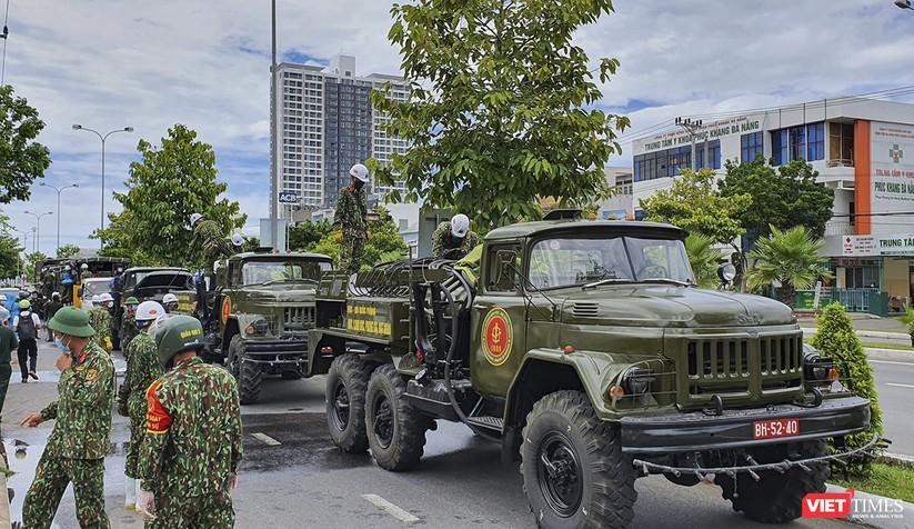 Ảnh: Quân đội phun thuốc khử khuẩn COVID-19 trên các tuyến đường Đà Nẵng ảnh 1