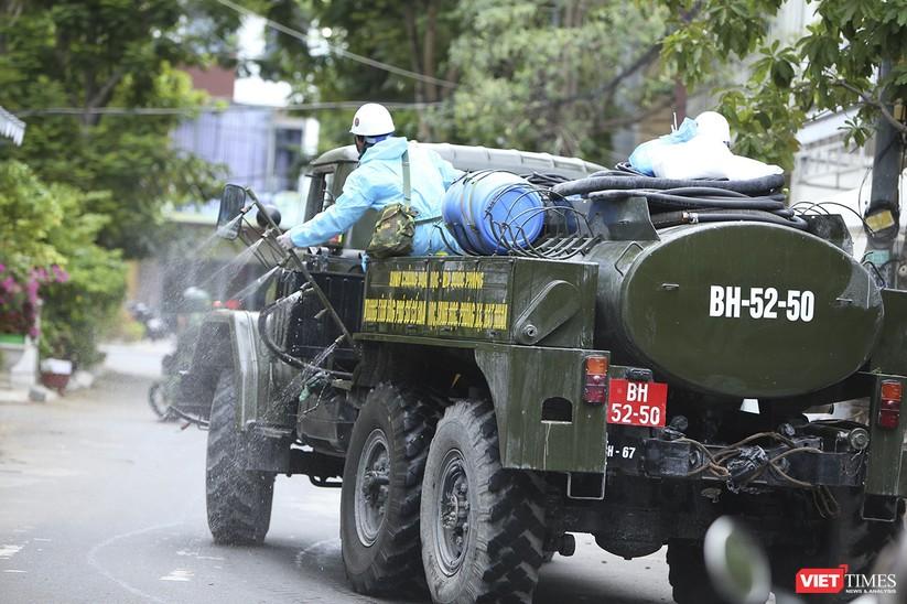 Ảnh: Quân đội phun thuốc khử khuẩn COVID-19 trên các tuyến đường Đà Nẵng ảnh 6