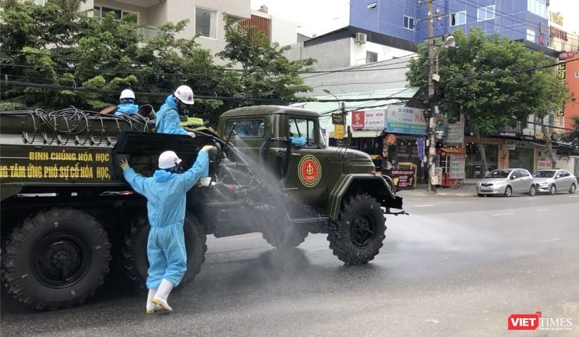 Ảnh: Quân đội phun thuốc khử khuẩn COVID-19 trên các tuyến đường Đà Nẵng ảnh 7