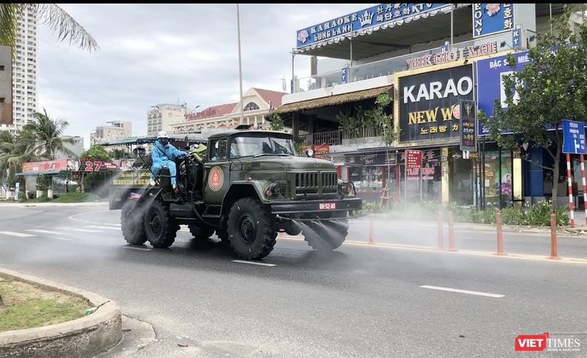 Ảnh: Quân đội phun thuốc khử khuẩn COVID-19 trên các tuyến đường Đà Nẵng ảnh 9