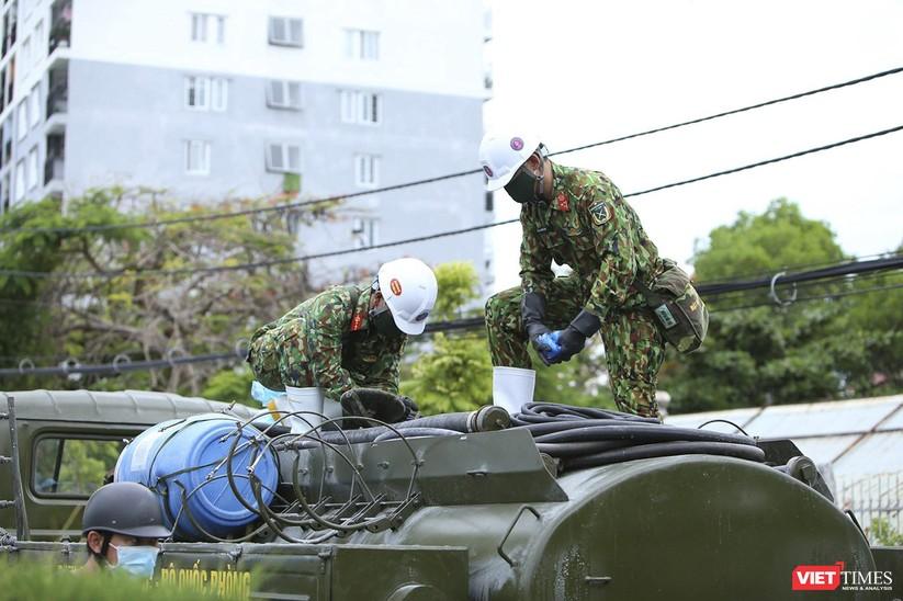 Ảnh: Quân đội phun thuốc khử khuẩn COVID-19 trên các tuyến đường Đà Nẵng ảnh 2