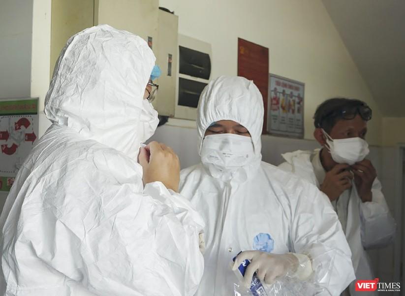 """Ảnh: Bên trong tâm """"bão COVID-19"""" ở Bệnh viện Phổi Đà Nẵng ảnh 7"""