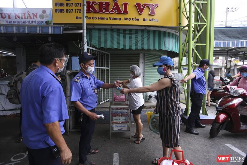 Ảnh: Ngày đầu tiên người dân Đà Nẵng đi chợ bằng phiếu để phòng COVID-19 ảnh 6