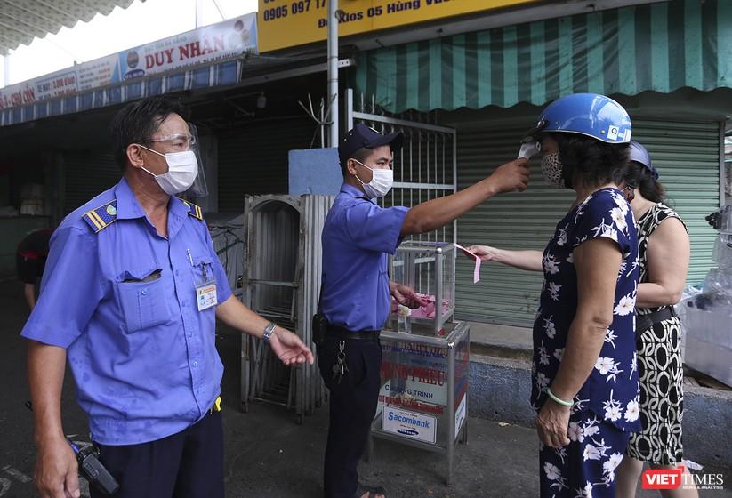 Ảnh: Ngày đầu tiên người dân Đà Nẵng đi chợ bằng phiếu để phòng COVID-19 ảnh 4