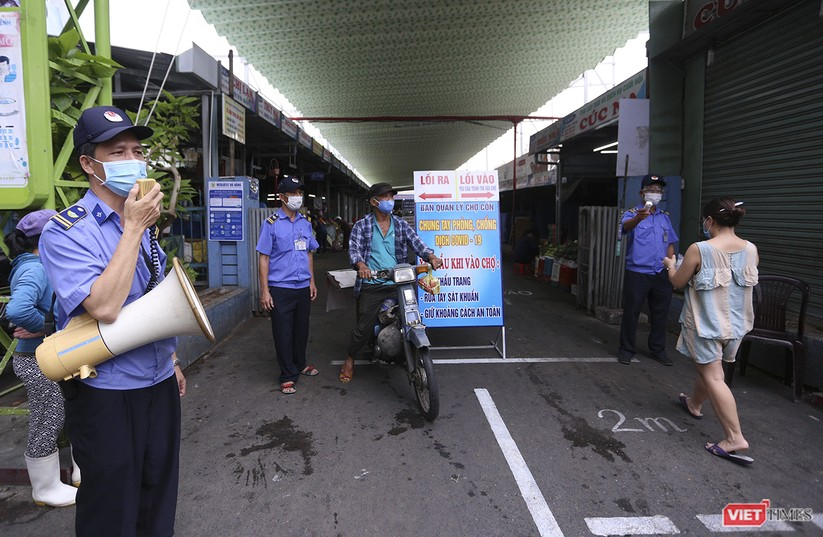 Ảnh: Ngày đầu tiên người dân Đà Nẵng đi chợ bằng phiếu để phòng COVID-19 ảnh 2