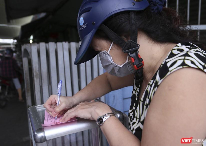 Ảnh: Ngày đầu tiên người dân Đà Nẵng đi chợ bằng phiếu để phòng COVID-19 ảnh 7