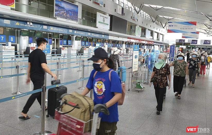 Ảnh: Những du khách mắc kẹt vì dịch COVID-19 bắt đầu rời Đà Nẵng ảnh 4